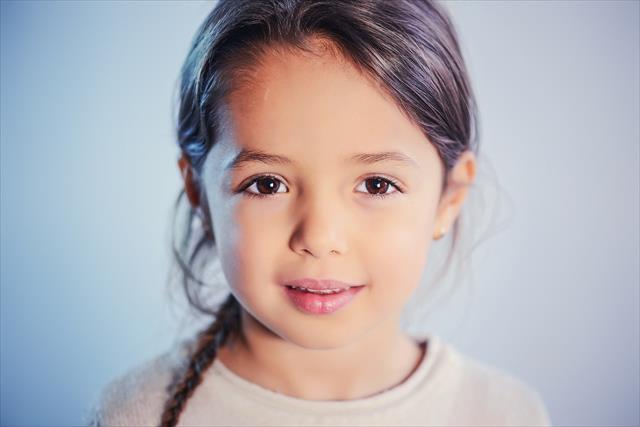 子供の「いつも明るい」「明るすぎる」は危険信号。その心理と対処法