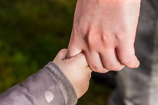 抱っこ紐。親の手がぶらぶらしてる。それがわからない